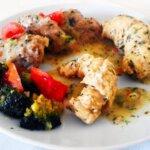 Mięsne rogaliki z kładzionymi kluskami i brokułem w sosie koperkowym – danie z patelni