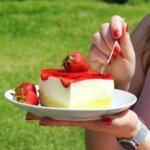 Lekki sernik na jogurtach greckich z białą czekoladą i owocami